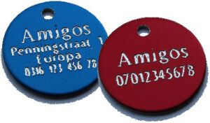Verschil veel of weinig tekst bij Amigos hondenpenningen van Animal Webshop